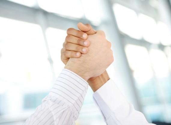 pessoas-de-negocios-bem-sucedidas-tremendo-apos-um-otimo-negocio_21730-6319